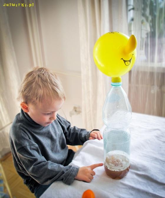 doświadczenia chemiczne dla dzieci- samopompujący się balon, julwitki.pl